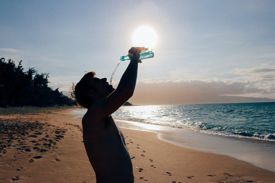 天氣炎熱,專家提醒要補充水分慎防中暑。(photo by Olichel on ...