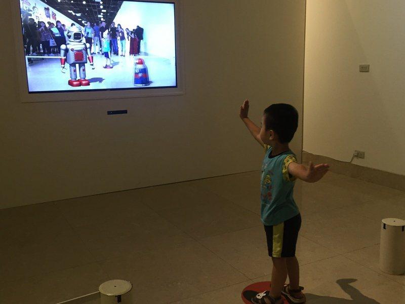 展覽結合AR互動體驗,連小朋友也瘋狂。(photo by 楊蕓/台灣醒報)