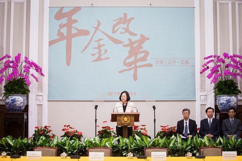 年金改革淪為選邊站的政治議題,撕裂台灣人民。 白川