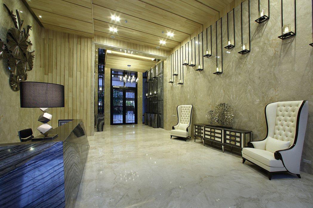 挑高門廳滌去一身風塵,穿堂而過身心俱清。 圖片提供/晟揚建設