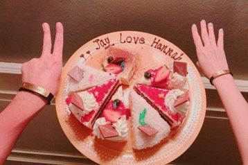 昆凌12日過24歲生日,被網友捕捉到和周杰倫在泰國度假趴趴走,12日晚間周杰倫也在臉書po出和昆凌慶生的照片,2人戴著刻有對方名字的手環,閃爆眾人。周杰倫和昆凌捧著蛋糕慶生,上頭有「Jay Love...