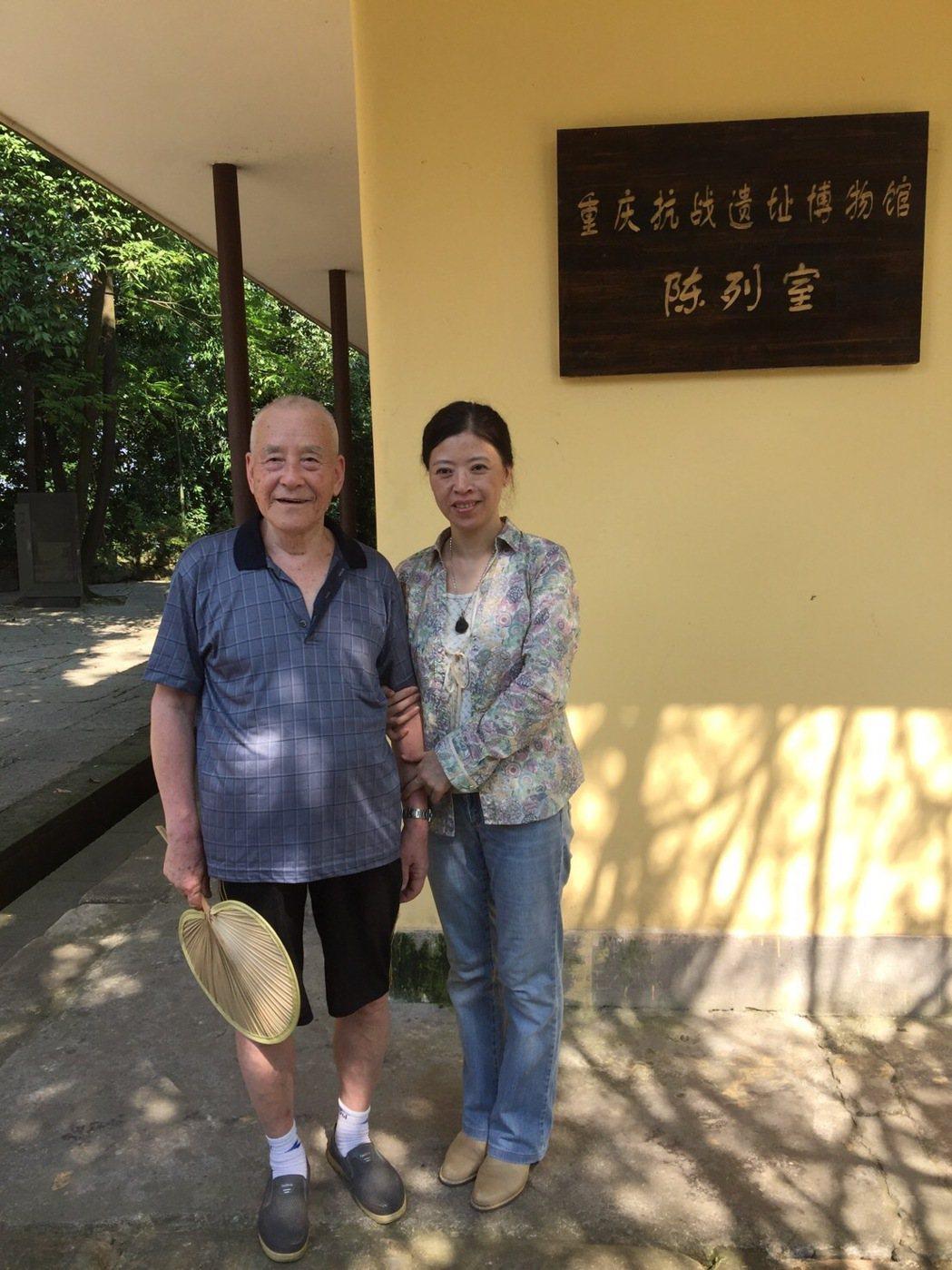 汪治惠(右)與周志開的小弟周志興。圖/汪治惠提供