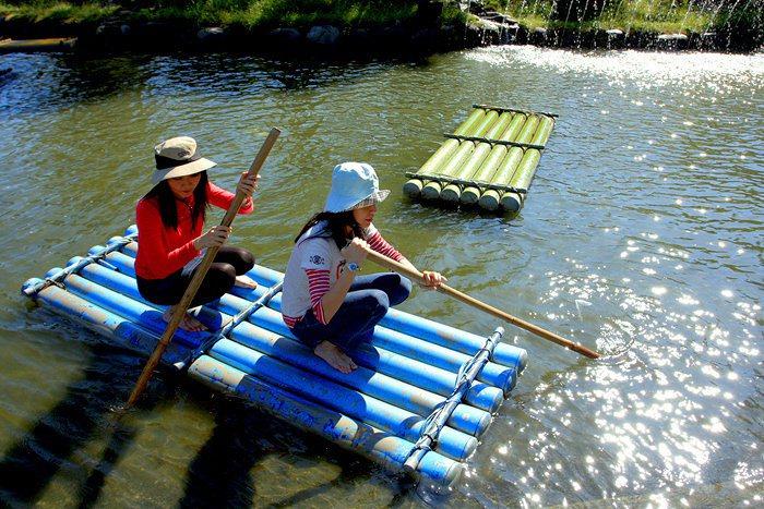 台灣島戲水區有撐竹筏可以體驗玩水。/翻攝自南元農場官網