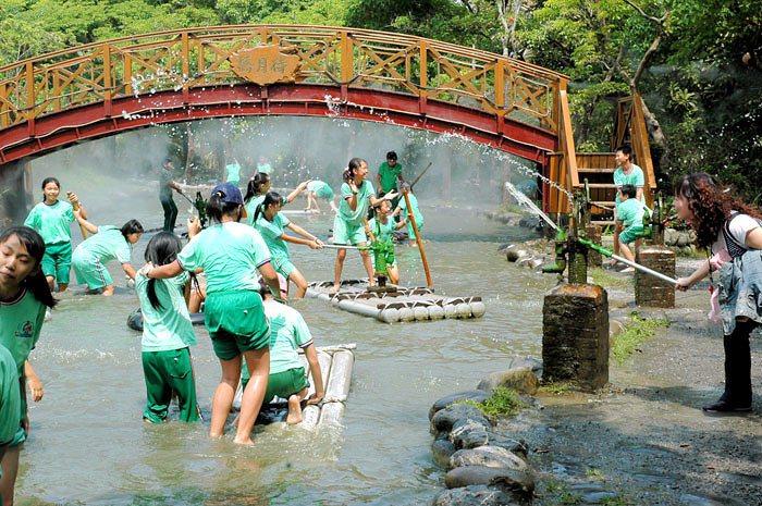 小朋友最喜歡的台灣島戲水區有撐竹筏可以體驗玩水。圖/翻攝自南元農場官網