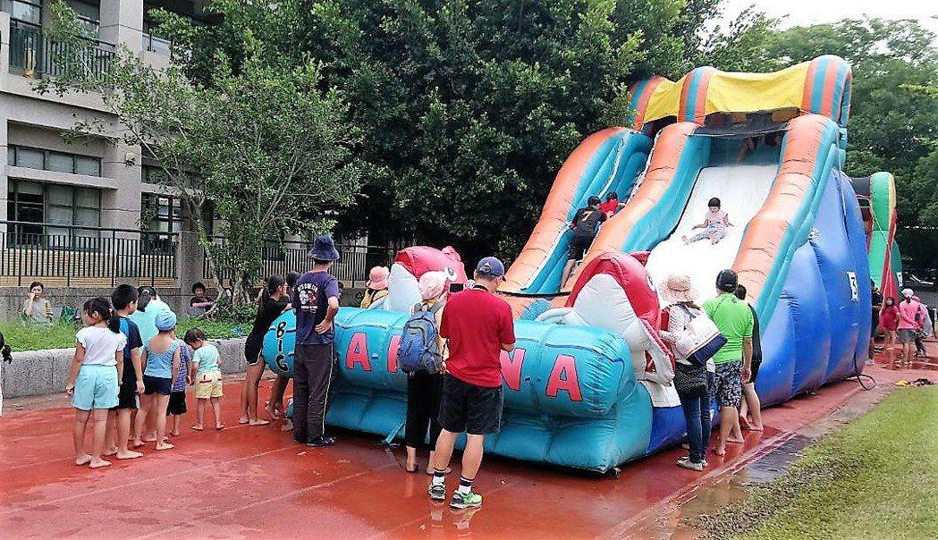 昨天在嘉義大林三合國小的「何爺爺跳跳屋氣墊樂園」,讓孩童免費滑水、玩樂,現場大排...