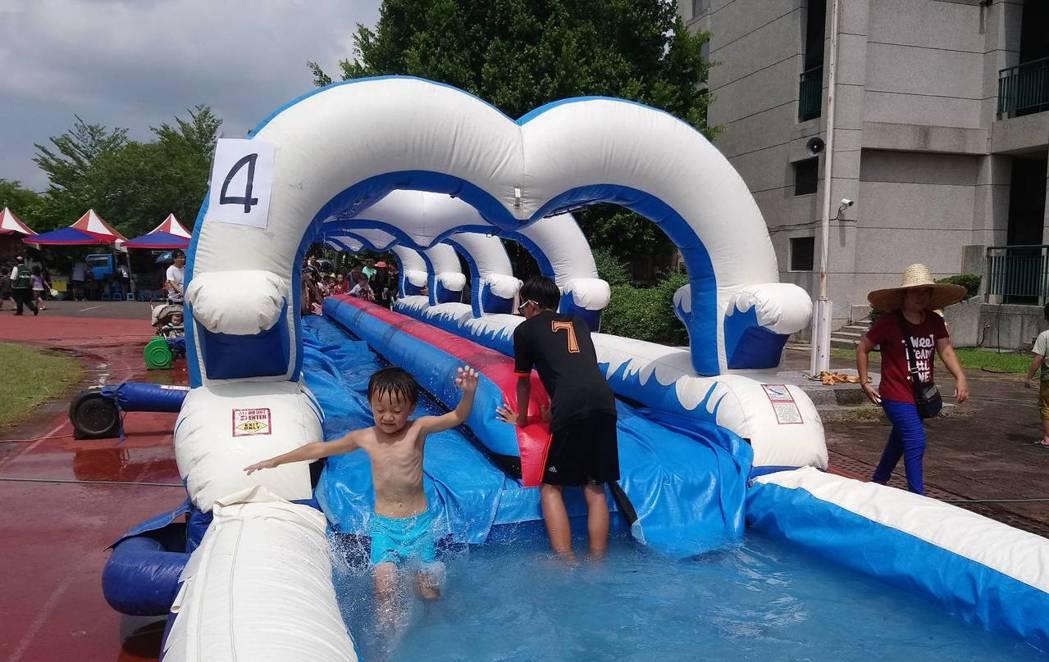 昨天在嘉義縣大林三合國小的「何爺爺跳跳屋氣墊樂園」,讓孩童免費滑水、玩樂,現場歡...