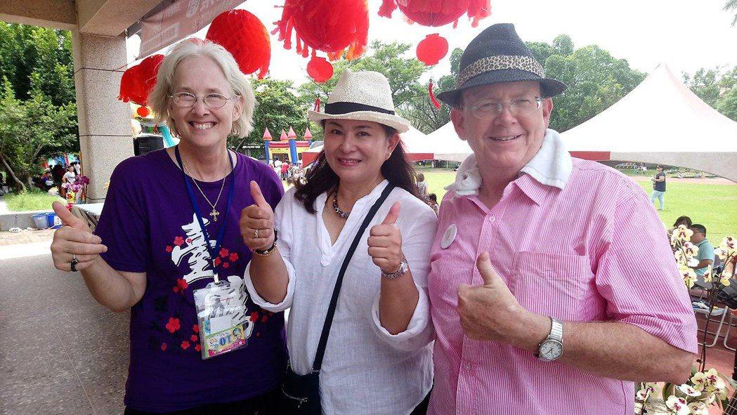 來台34年美國宣教士何馬可(右)、何路得(左)夫婦,昨天與歌手裘海正(中)共同在...