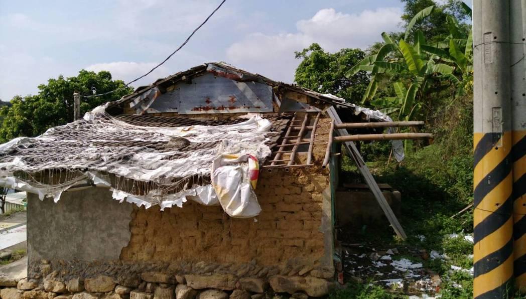 机明星的老宅原本是土造平房,經歷地震與颱風洗禮,破陋不堪。圖/旗美行善義工隊提供