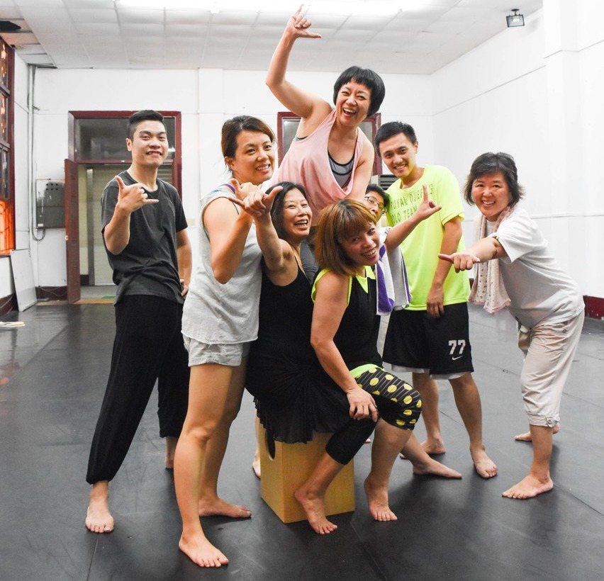 「眾聲相」是由6位素人舞者,代表台灣人不同階層職業的心聲。圖/新北市文化局提供