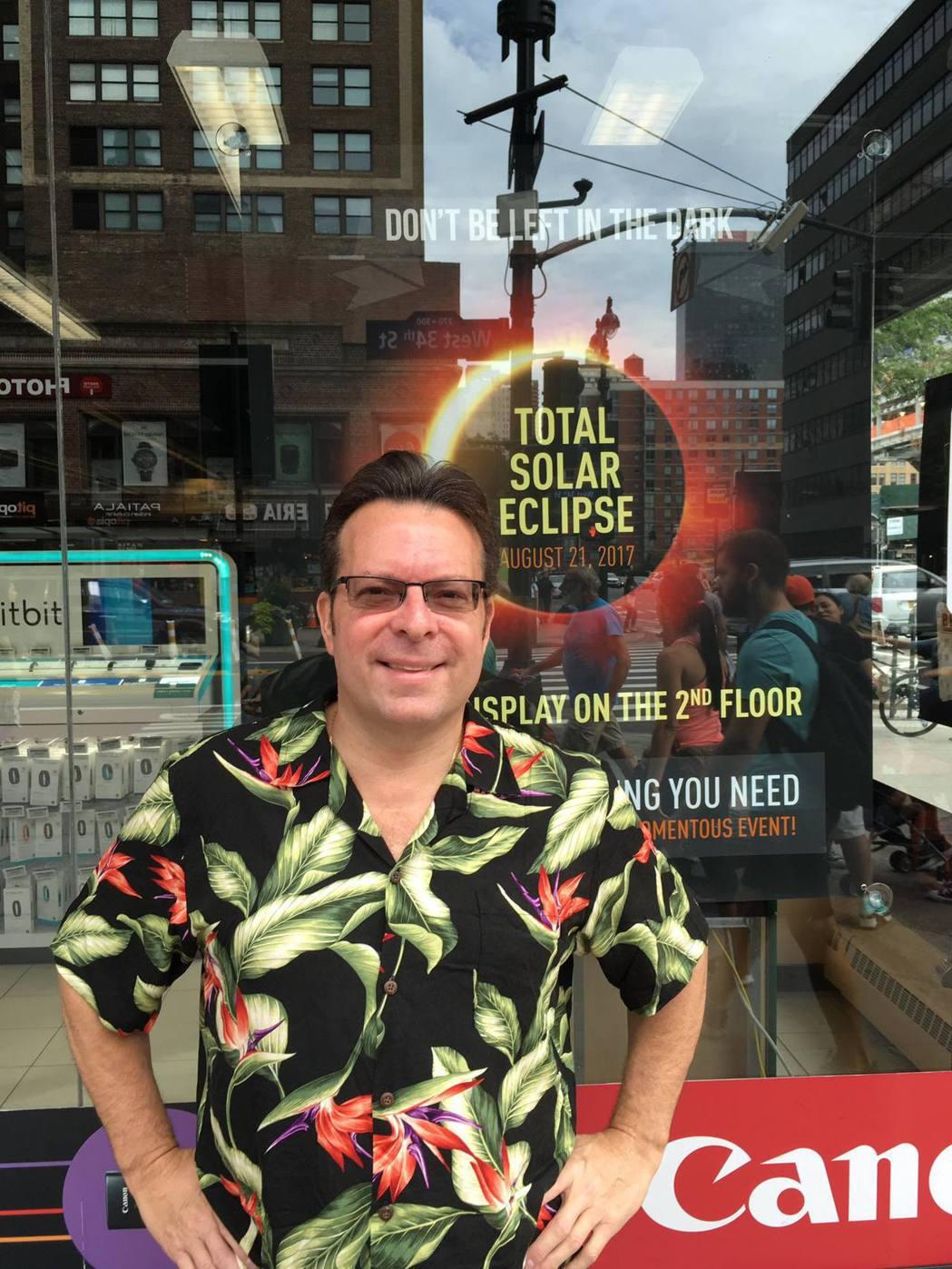 美國天文學會把宣傳8月21日將有超級日全食的任務,派給對日食狂熱的美國男子肯奇亞...