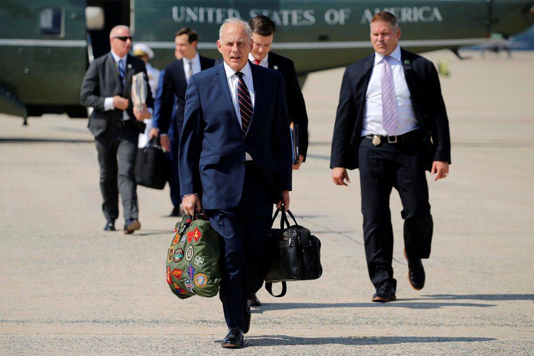 美國白宮幕僚長凱利(中)肩負著整頓白宮秩序和紀律的任務上任。圖為他5日準備與美國...