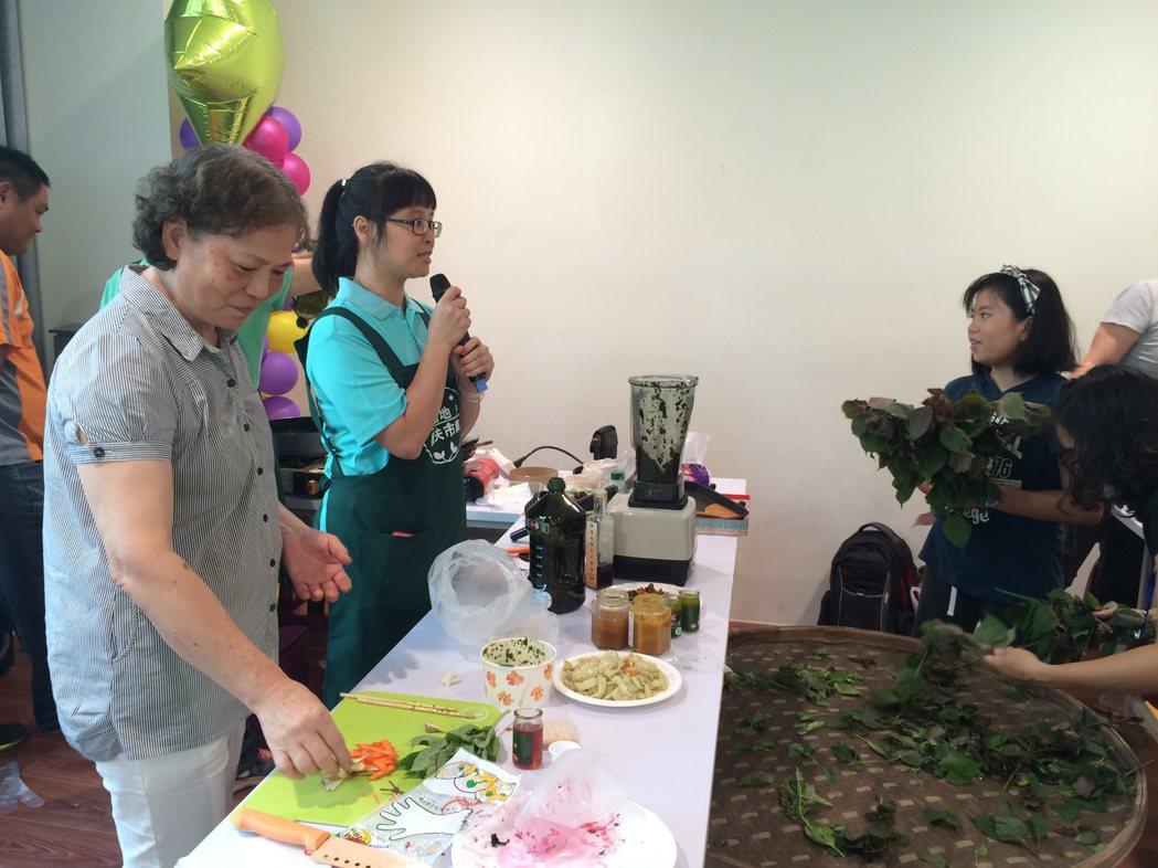 語林有機農場負責人邱語玲(左2)在農夫市集與社區民眾分享有機蔬果料理。圖/新北市...