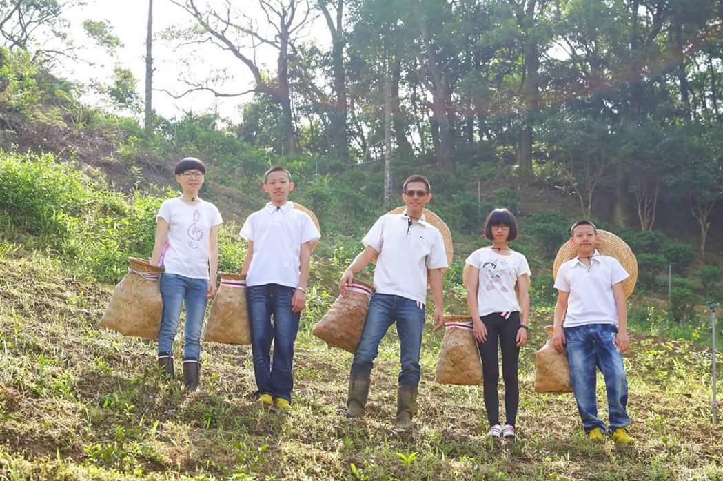 谷芳有機茶園負責人李昌峻(中),全家投入經營農業,闖出一片天。圖/李昌峻提供