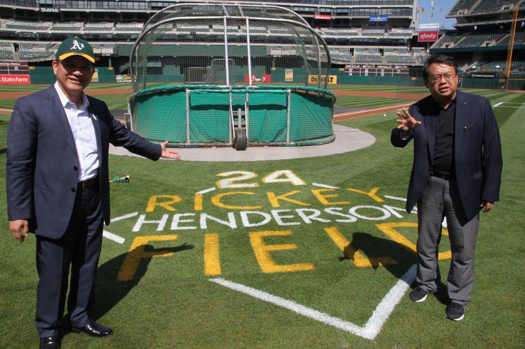 台中市長林佳龍(左)今天參觀美職棒大聯盟運動家隊位在加州奧克蘭的主場,經發局長呂...