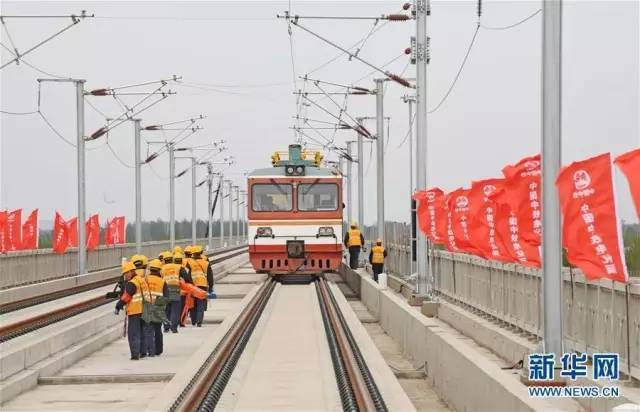 中鐵電氣化局施工人員進行接觸網架設施工作業。擷取自新華社