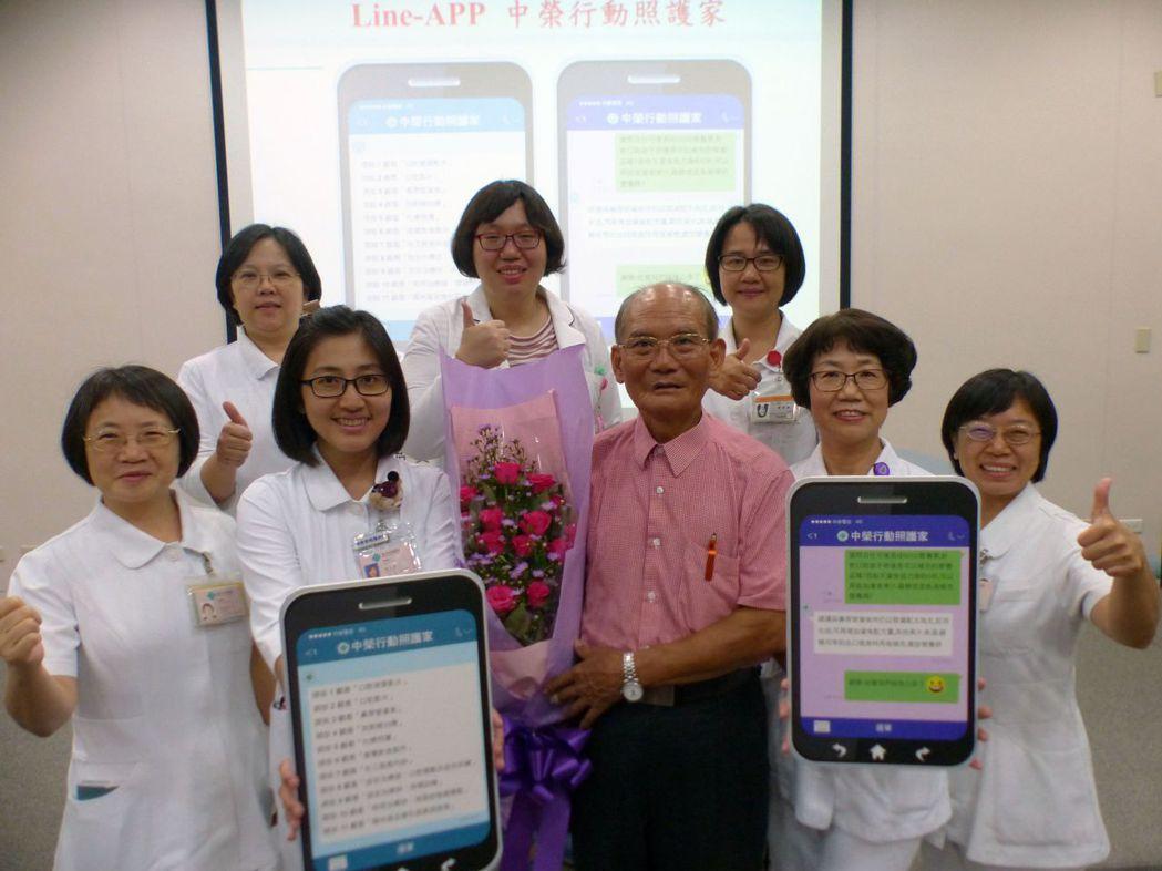 74歲林姓病患(中)感謝台中榮總護理部建置的「中榮行動照護家」,透過手機就可以向...