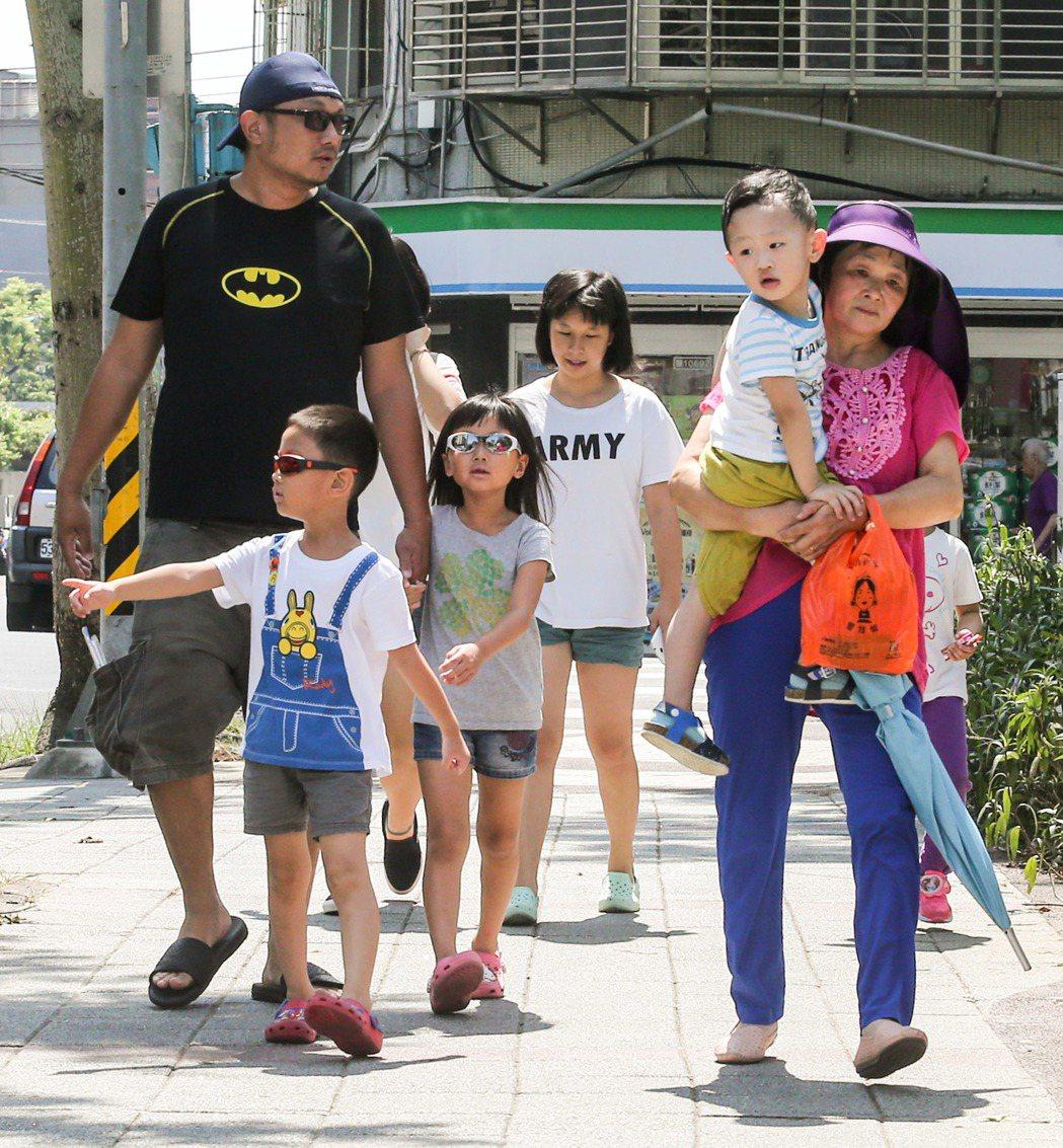 民眾出遊身穿短袖、墨鏡、帽子,防曬行頭齊全。記者鄭清元/攝影