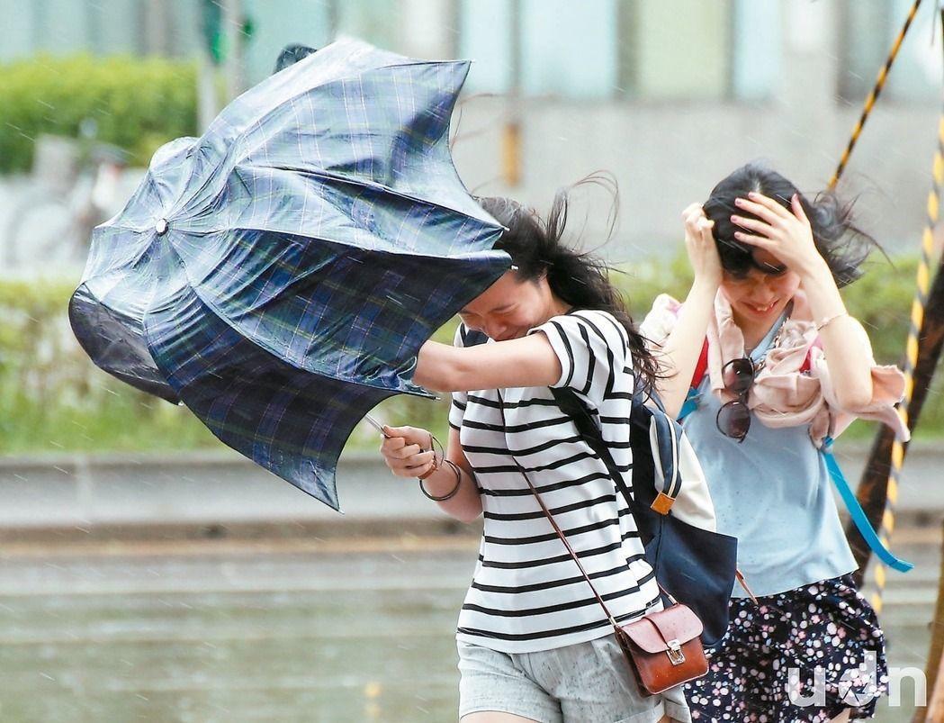 颱風「尼莎」吹亂國家考試試程,造成考生延考。本報系資料照片