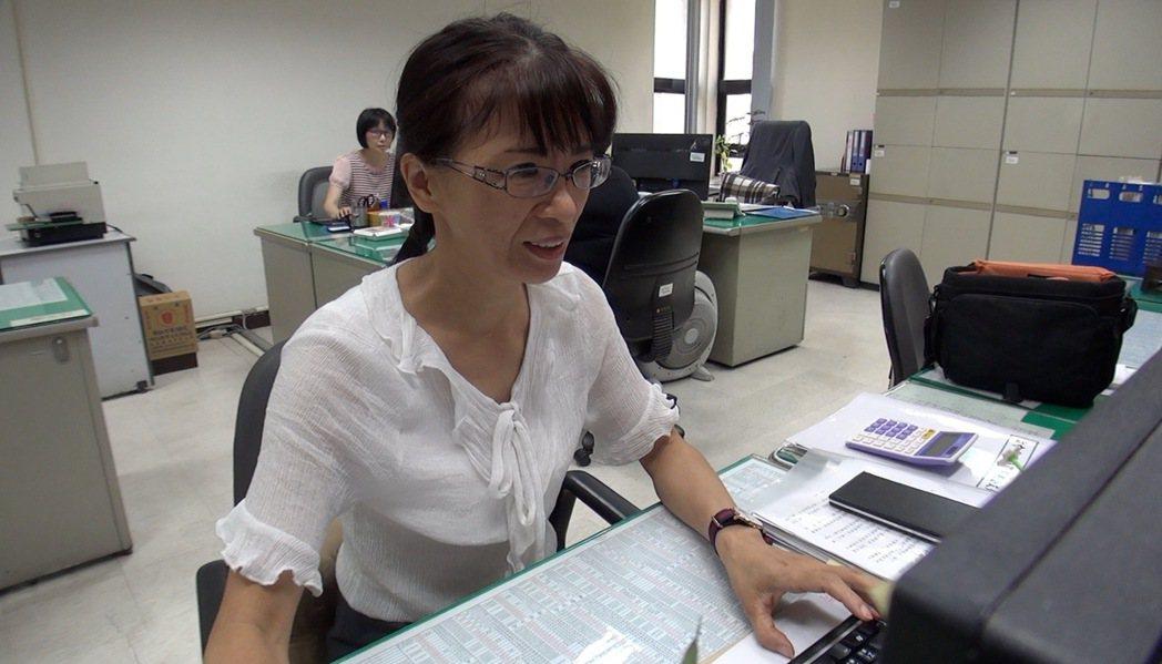 台中市警局秘書室文書股王翠華才任職沒多久,就發現警界不合理的刑案公文制度,她提報...