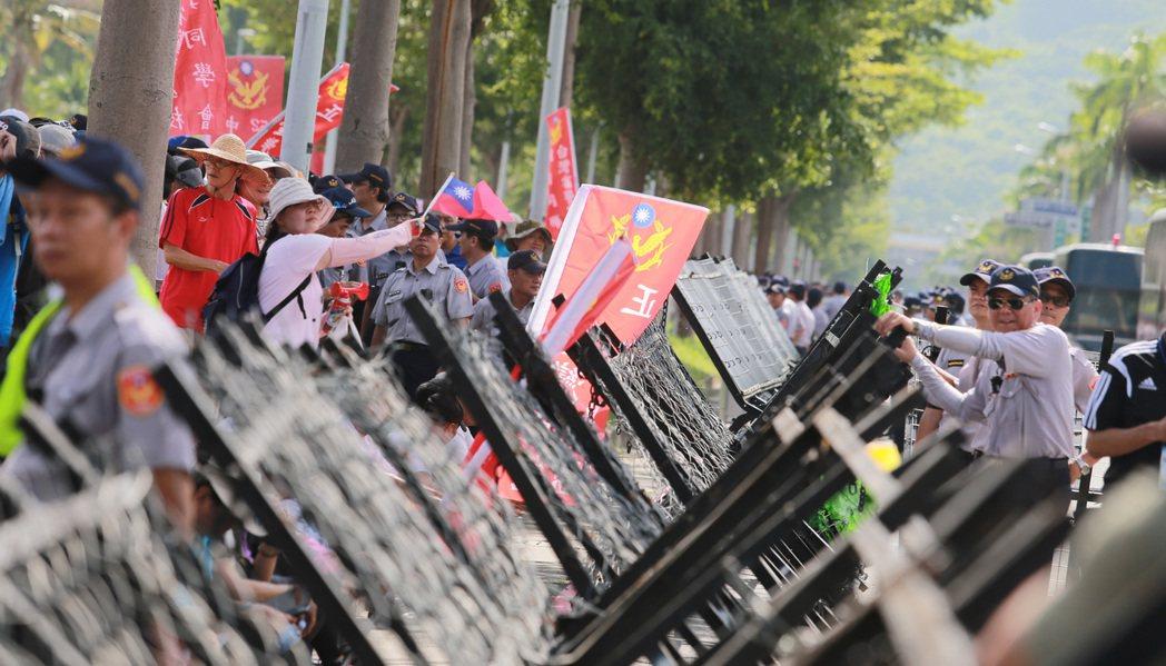 蔡英文總統日前南下高雄為世大運選手授旗,場外聚集反年金民眾抗議。報系資料照