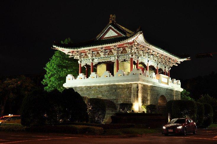 麗正門(南門)夜間燈光。圖/台北市公園處提供
