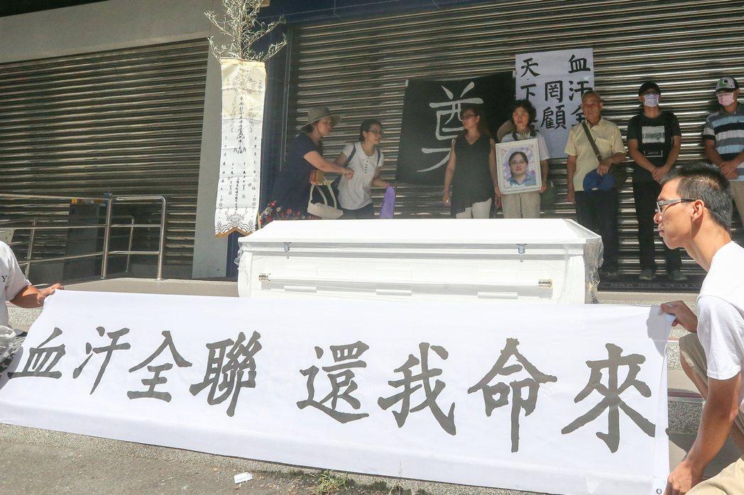 台中市47歲的羅玉芬在全聯福利中心工作10年,今年5月1日卻疑似因為上班過勞送醫...
