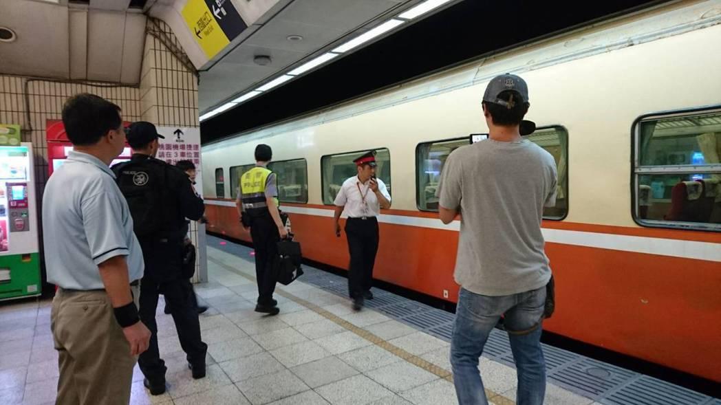 今天上午11時許有旅客從月台上跳下鐵軌,遭513次莒光號撞及,警方蒐證完畢放行列...