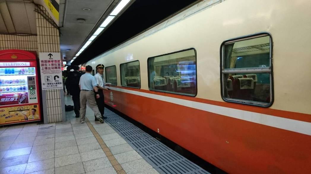 有男子在台北車站月台跳下鐵軌,列車延誤約半小時。圖/台鐵提供