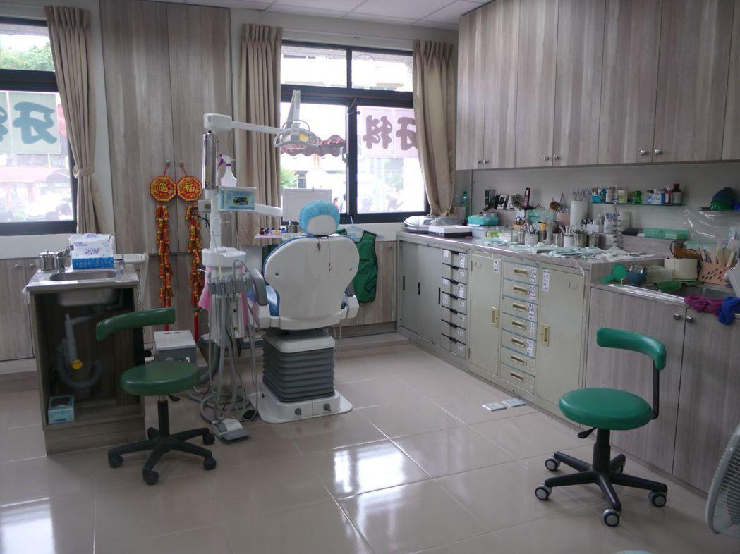 六龜衛生所1樓設置牙科,高雄市牙醫師公會調派醫師輪流看診。記者徐白櫻/攝影