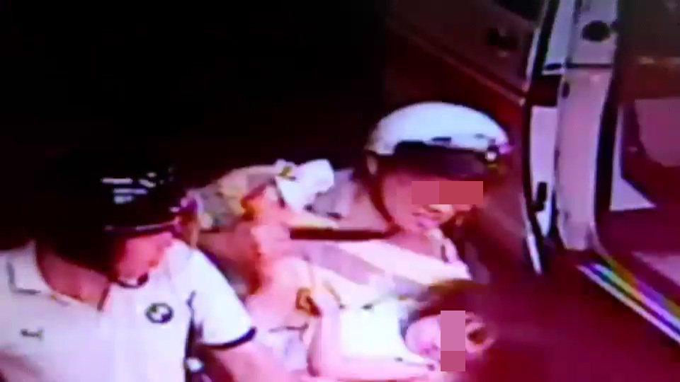 4歲鄭姓女童昨晚9點多右腳大拇指被電扶梯夾傷粉碎性骨折,家長騎機車緊急送醫,警方...