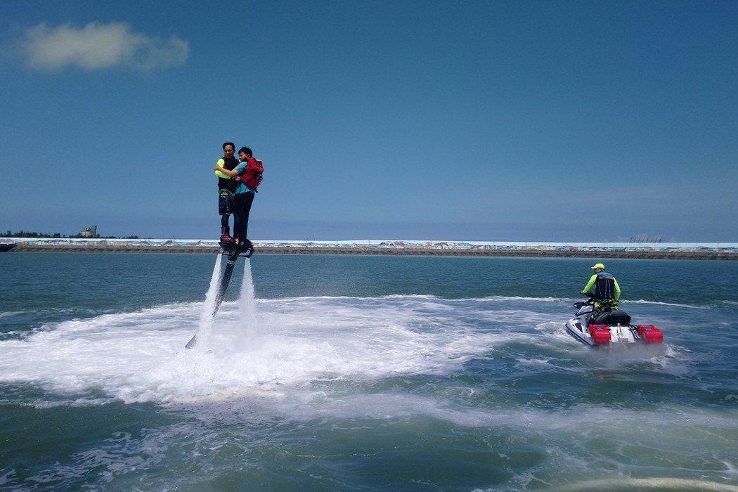 現場民眾搭乘水上鋼鐵人, 直呼好刺激。記者卜敏正/攝影