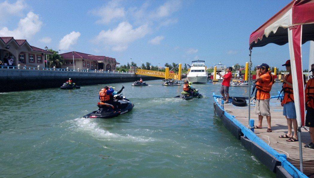 水中運動委員會 協助肢障朋友騎乘水上摩托車。記者卜敏正/攝影