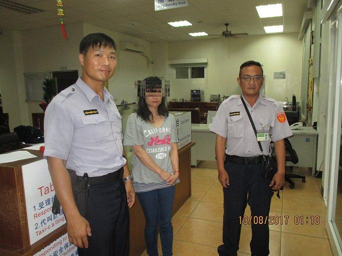 劉姓女子(中)的韓籍友人酒後失蹤,昨晚著急前往警局報案,所幸凌晨時分已經找到人,...