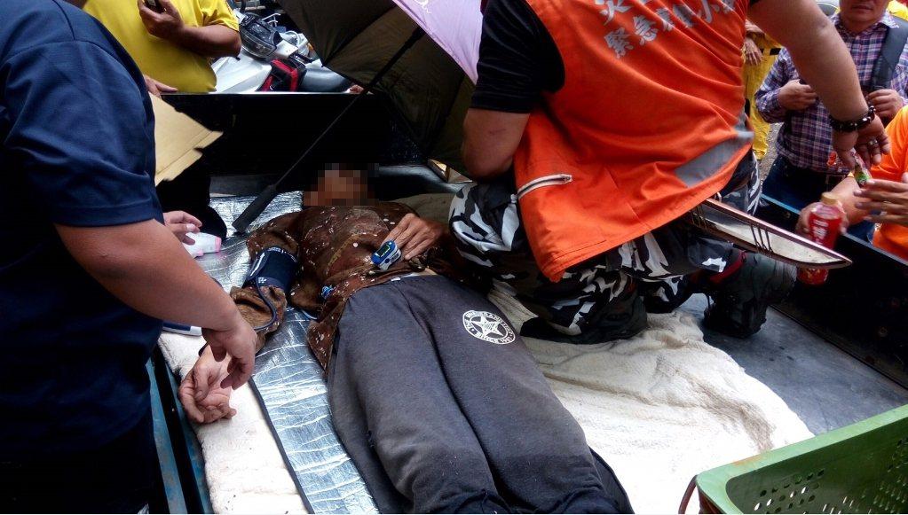 台中市消防局今天在山區找到失蹤農民,送醫治療。圖/台中市消防局提供