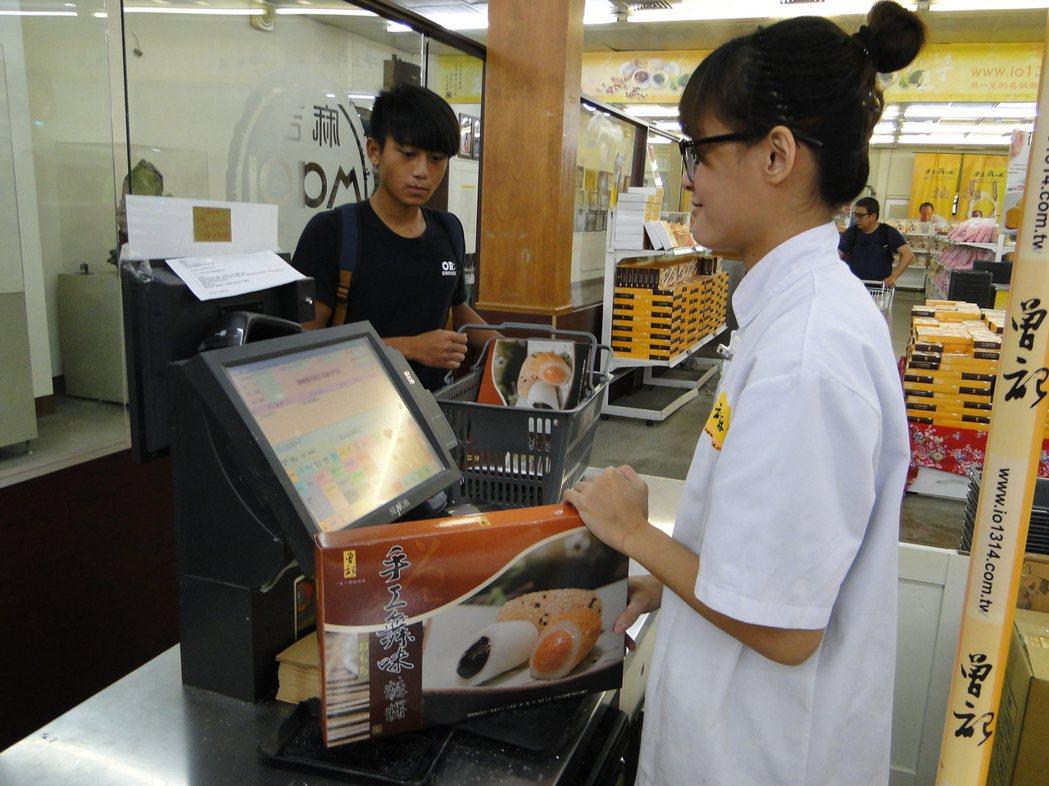 花蓮曾記麻糬門市部不少人購買「手工舞味」麻糬。記者范振和/攝影