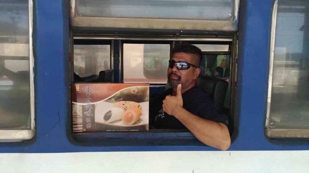 有人特地購買「手工舞味」麻糬,刻意擺在火車窗旁,表達「支持空軍.我愛麻糬」的立場...