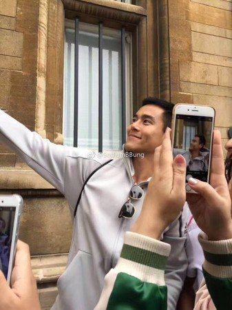 彭于晏在英國旅行途中被粉絲認出,熱情包圍要求合照。圖/摘自微博