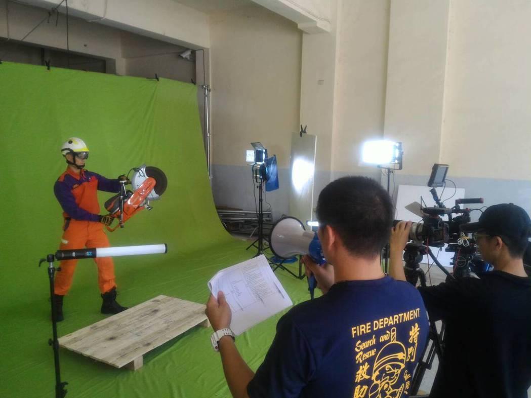 桃園市消防局自己撰寫腳本,拍攝救災救護器材使用影片,圖/消防局提供