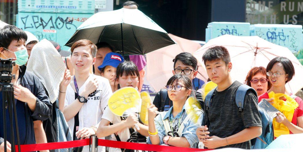 潘瑋柏今天下午在西門舉辦新專輯簽唱會,儘管北部天氣十分炎熱,粉絲仍撐著傘耐心等候...