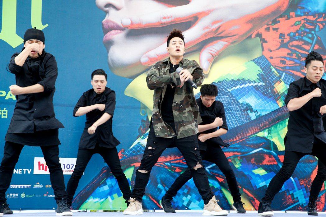 潘瑋柏(中)今天下午在西門舉辦新專輯簽唱會,一開場即帶來熱歌勁舞表演。記者程宜華...