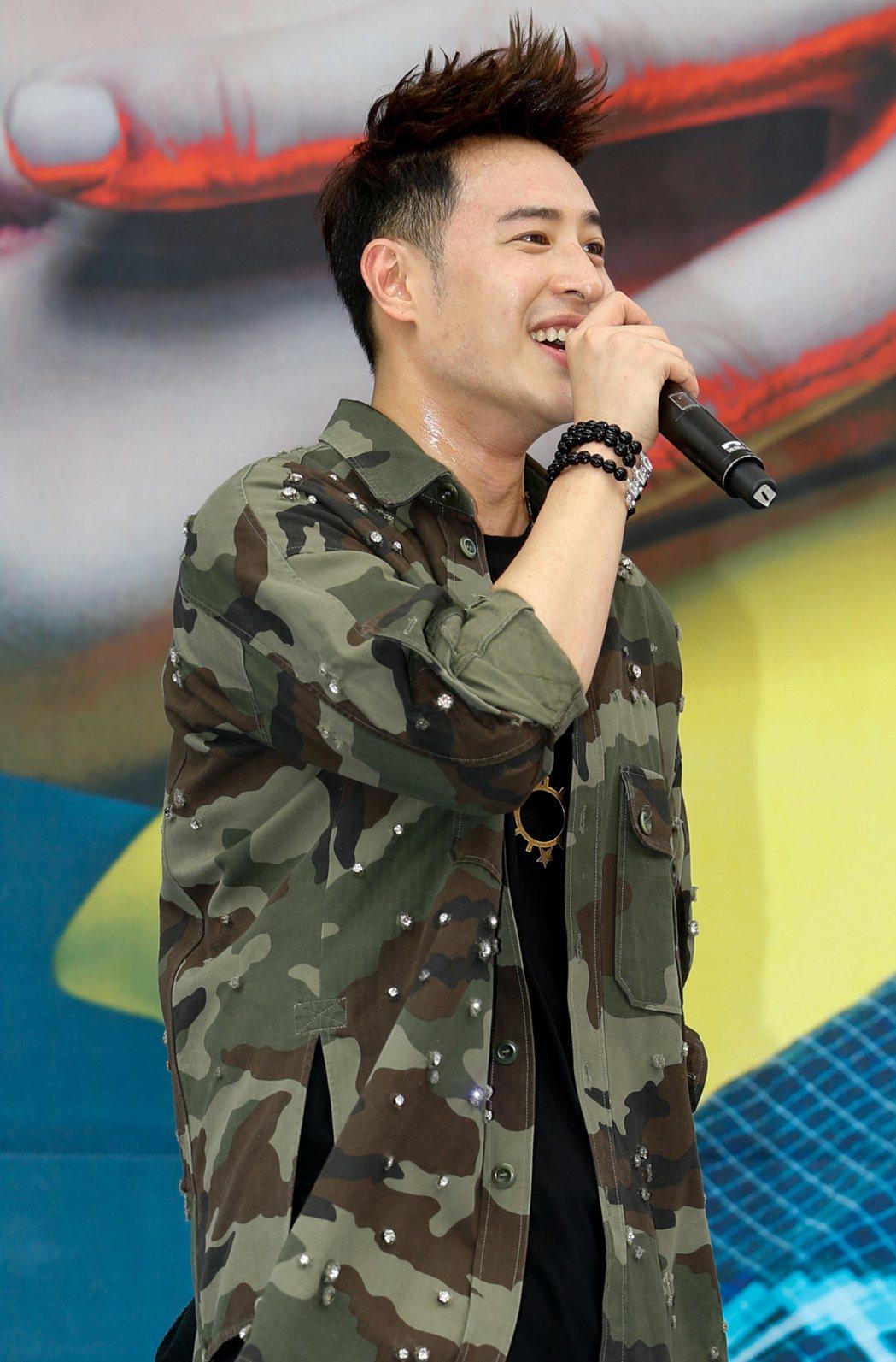 潘瑋柏今天下午在西門舉辦新專輯簽唱會,北部天氣十分炎熱,潘瑋柏又唱又跳一身汗。記...