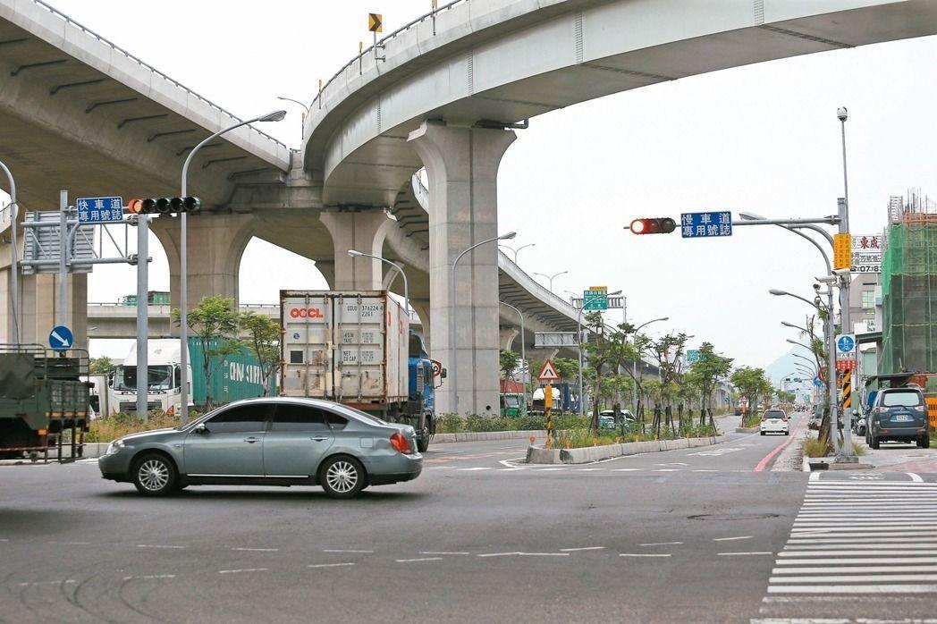 前鎮區新生路及漁港路將進行道路規劃改善,減少汽機車快、慢車道轉向衝突。圖/聯合報...