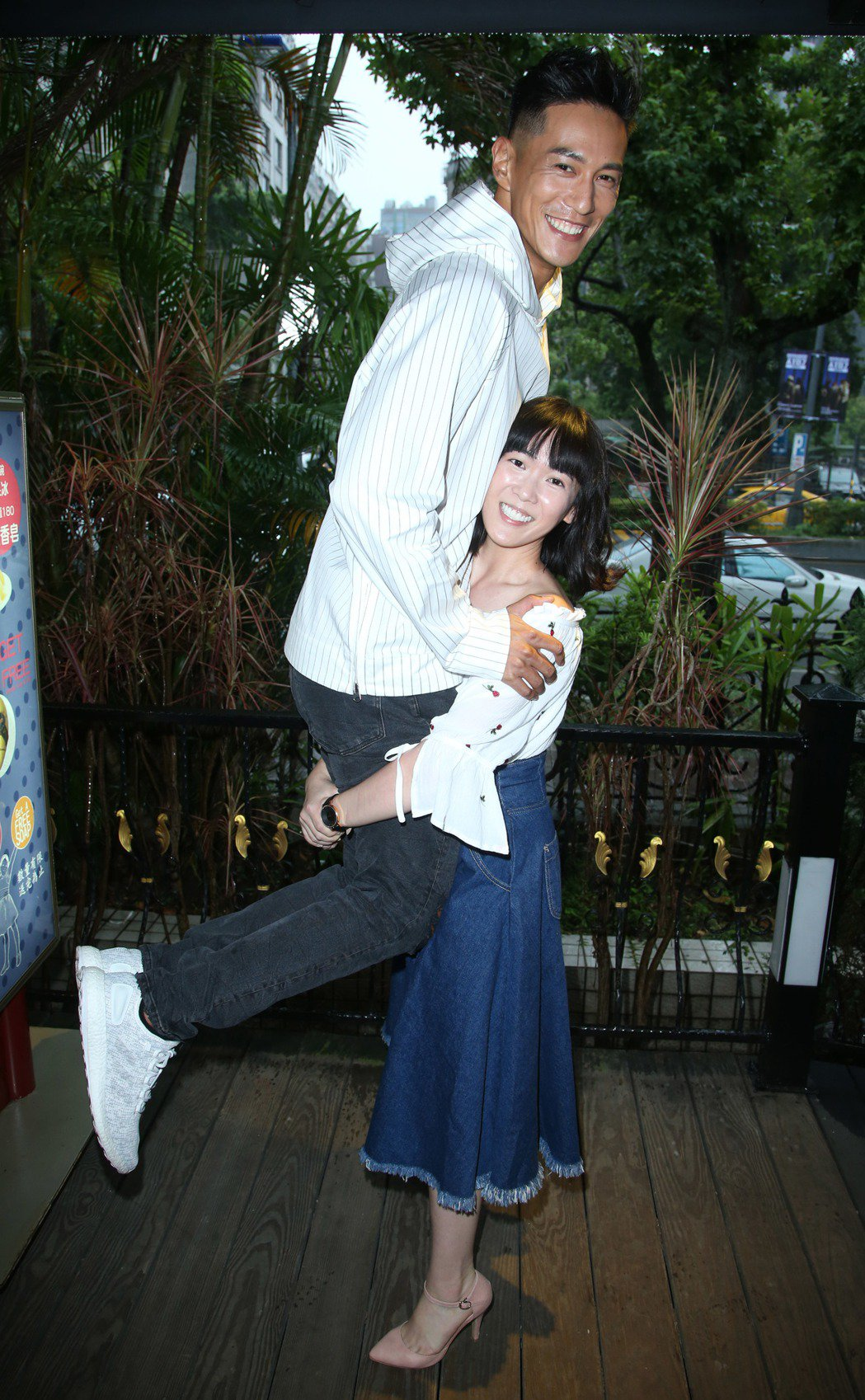 孫可芳(右)抱起比自己重20公斤以上的鍾承翰。記者陳瑞源/攝影