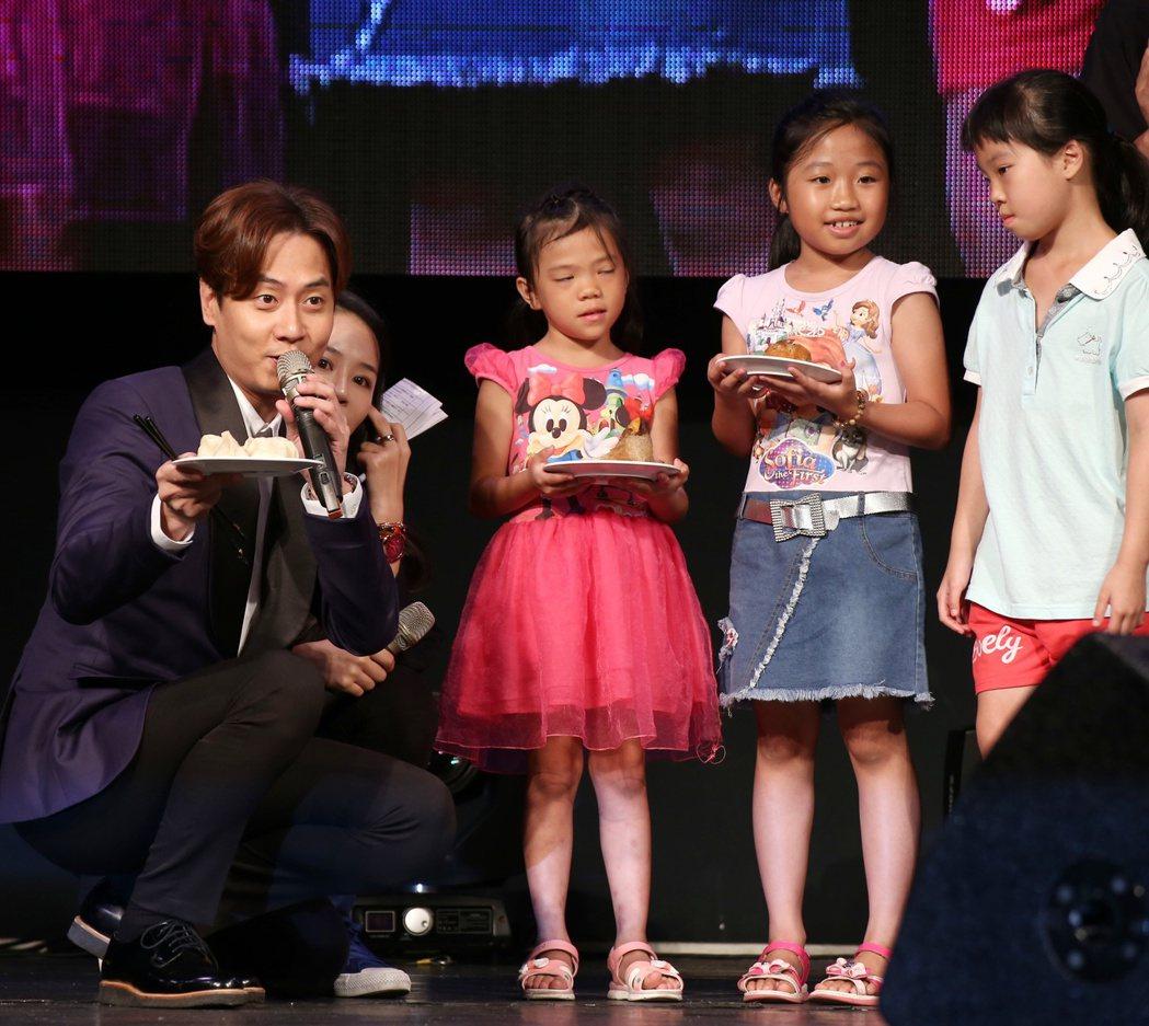 韓國偶像團體神話成員ANDY李先鎬(左),應紅心字會邀請來台舉辦粉絲見面會,為弱