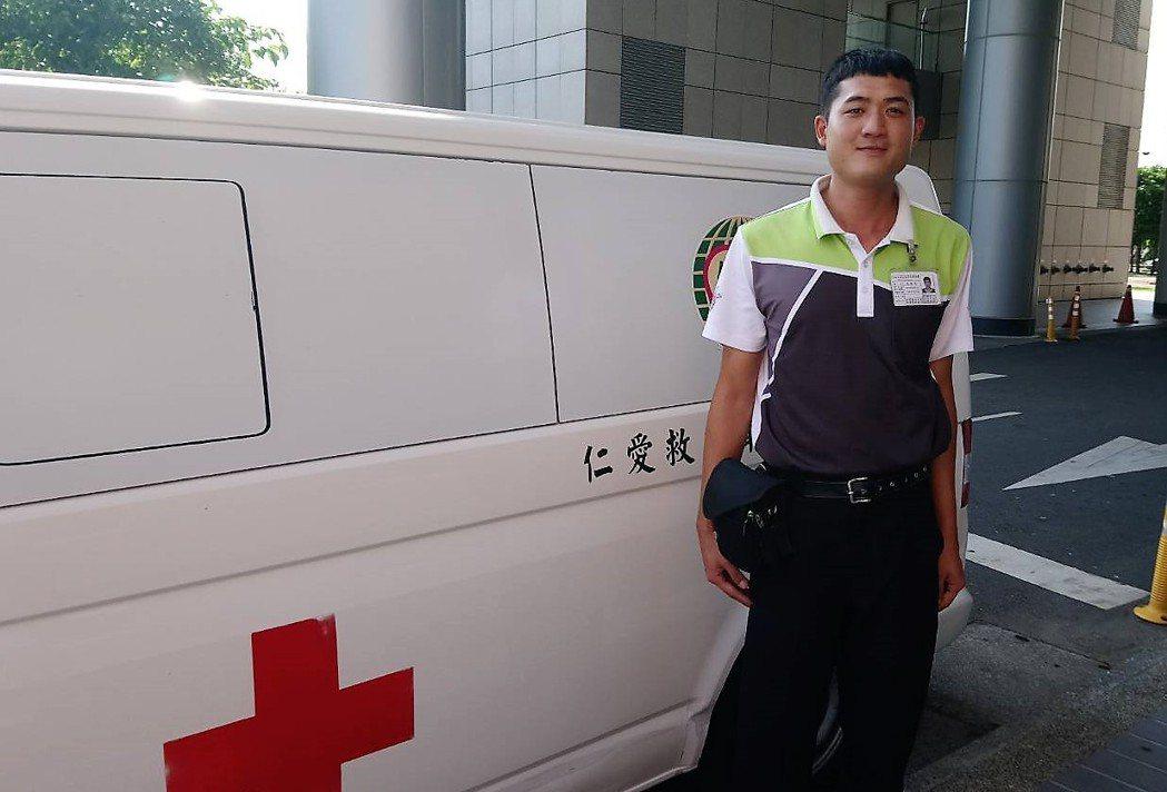 民間救護車司機沈建志,除呼叫救護車幫忙也協助拉吳男上岸。記者卜敏正/攝影