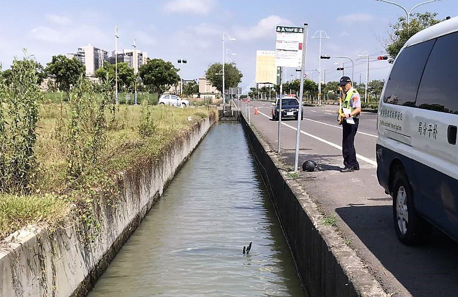 吳男摩托車被水淹沒,只剩左側手把露出水面。圖/讀者提供