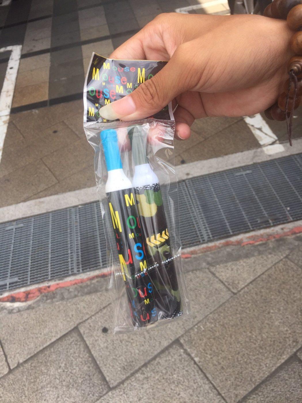 強賣愛心筆現象再起,台北市萬華警分局在西門町查辦強賣愛心筆少年。記者廖炳棋/翻攝