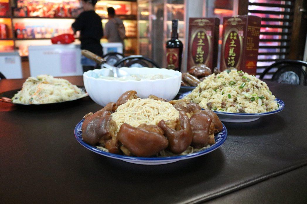 現場準備的土龍酒豬腳等美食。記者謝進盛/攝影