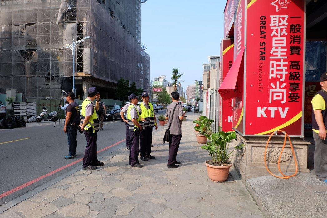 礁溪警分局今天下4時許派出大批警力,徒步至KTV門前貼上白紙黑字公告「違反社會秩...