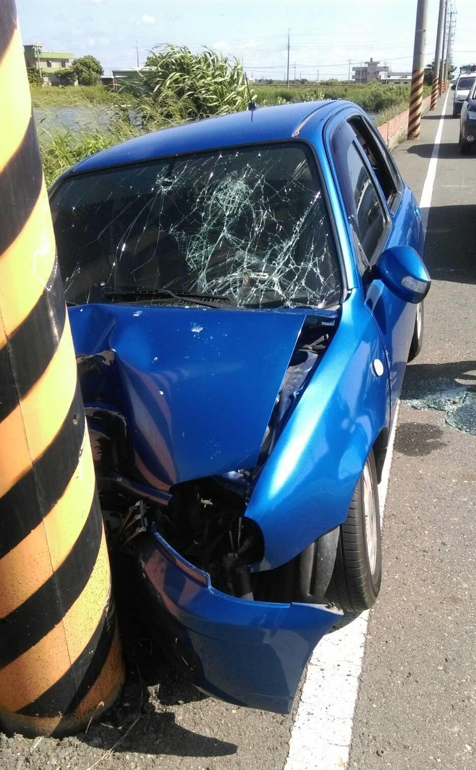 陳姓男子今天下午,疑酒駕車直接自撞路邊電線杆,車頭嚴重變形。圖片/讀者提供